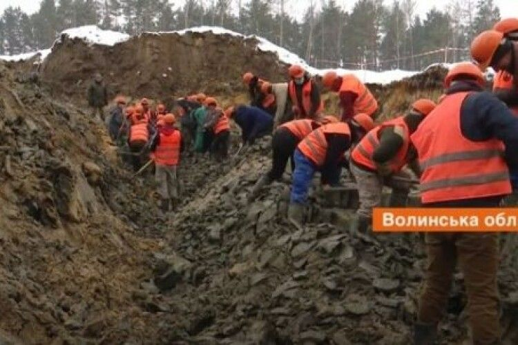 На Волині колишні старателі легально заробляють тисячу гривень в день на видобутку бурштину (Фото. Відео)