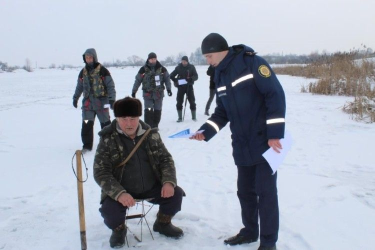 Рятувальники розповіли зимовим рибалкам, як вберегти життя на льоду (Відео)
