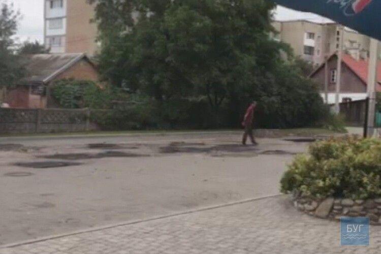 Ремонт доріг по-нововолинськи: асфальт притоптують ногами (ВІДЕО)