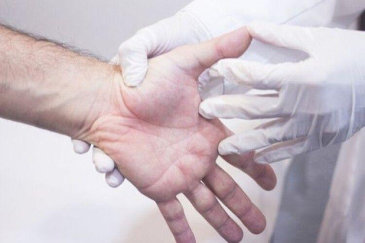 Волинські хірурги врятували жінці руку, яка потрапила в зернову сівалку (Фото 18+)