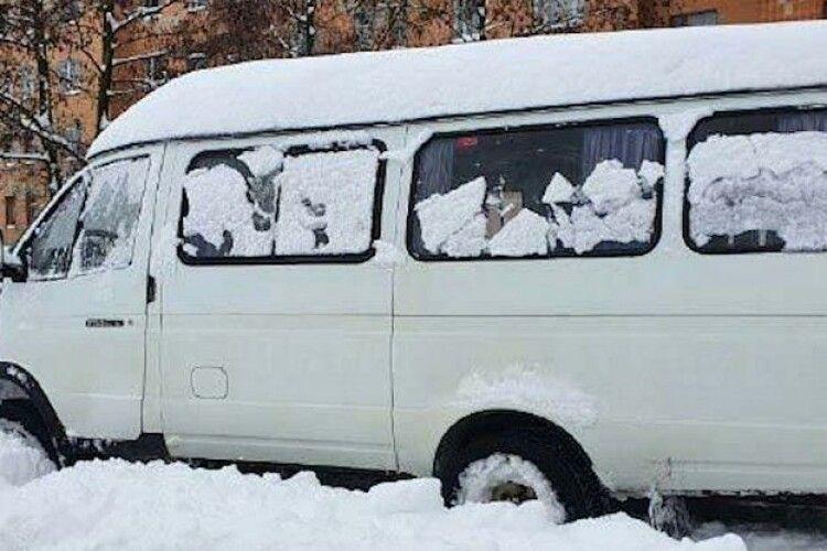 На Рівненщині водій напідпитку віз дітей до школи й попався завдяки заметам