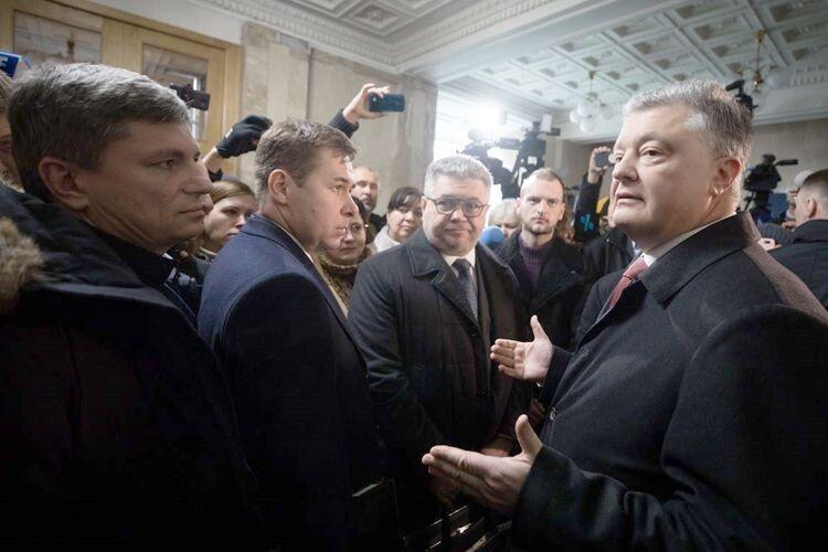 Порошенко після допиту вДБР: «Слідчий ховав очі, іцебуло дуже поганим спектаклем»