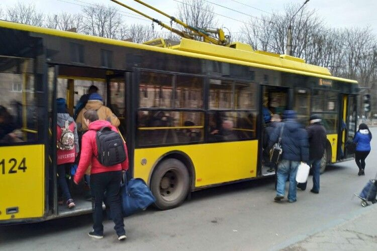 Пасажир побив водія тролейбуса, бо той не зупинився у потрібному місці (Фото)