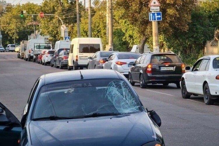 У Житомирі чоловік з дитиною потрапили під колеса автомобіля