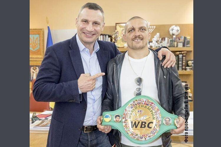 Кличко-старший подарував Усику чемпіонський пояс WBC