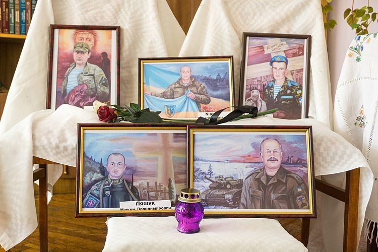 Портрети загиблих воїнів подарувала їхнім родинам