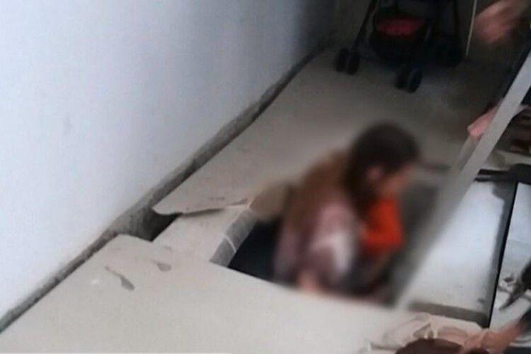 На Рівненщині жінка з півторарічним сином провалилися у підвал торговельного центру