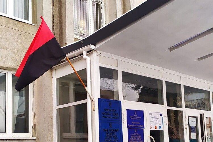 Офіційно: у Ковелі постійно майорітиме червоно-чорний прапор