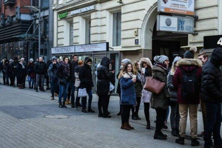 Чому поляки почали масово скуповувати пончики (Відео)