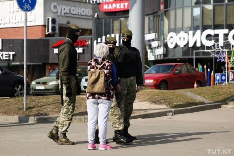 У Білорусі під час протестів затримали понад 100 людей