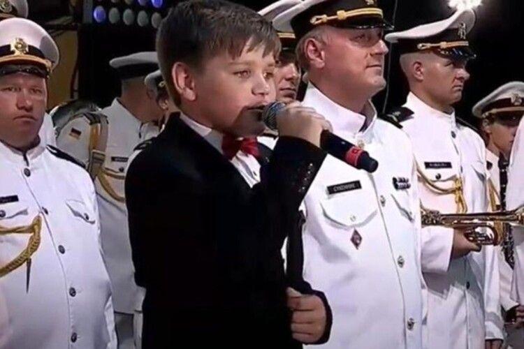 Максиму Ткачуку, який не потрапив на Євробачення, одесити подарували сертифікат на житло (Відео)