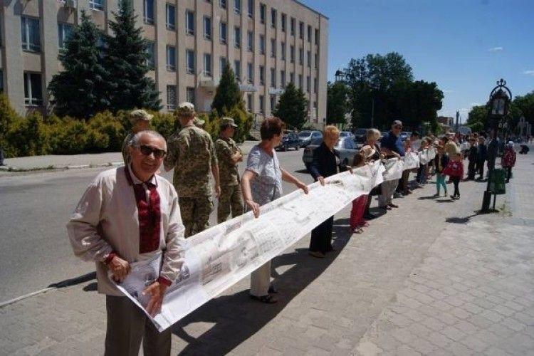 740 метрів – такий розмір найдовшої в Україні газети!