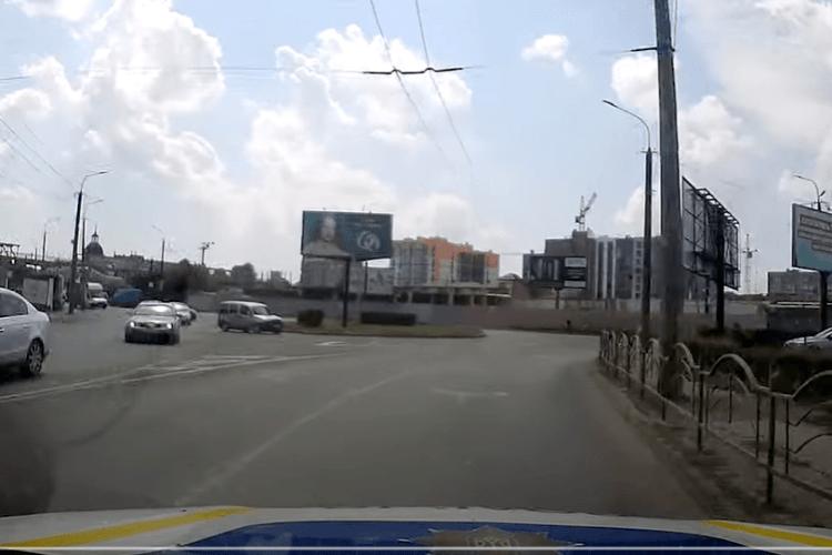 У Луцьку водій BMW зробив дрифт перед авто патрульних (Відео)