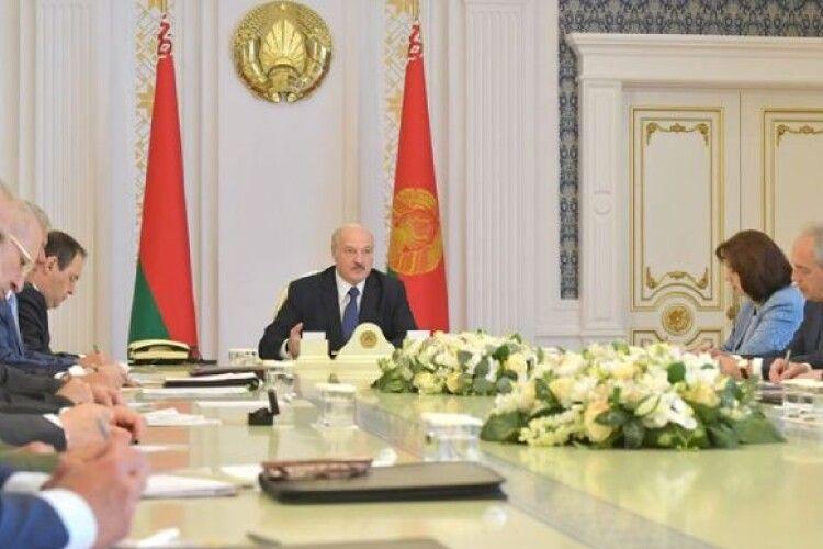 Лукашенко наказав привести в повну бойову готовність ЗС Білорусі на кордоні з ЄС