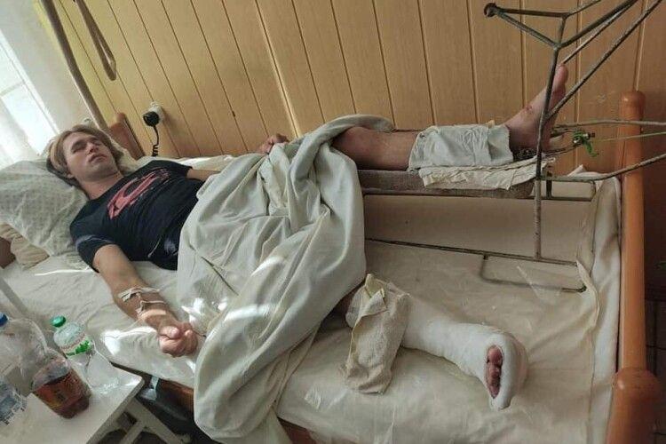 Мотоциклісту, якого знайшли в кюветі на Рівненщині, збирають гроші на операцію у Луцьку