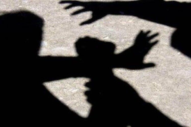 На Волині жінка неподалік бару побила двох неповнолітніх дівчат: їй винесли вирок