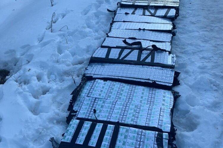 GPS трекер та 12 ящиків контрабандних цигарок виявили луцькі прикордонники у вантажному потязі