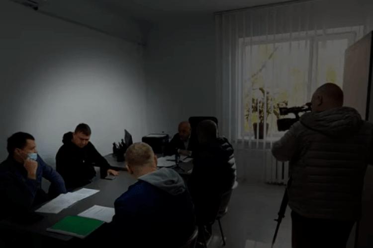 У Рівному депутат несподівано отримав по голові на нараді (Відео)