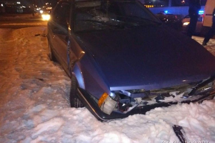У Луцьку автівка, водій якої був п'яний, вилетіла на кільце
