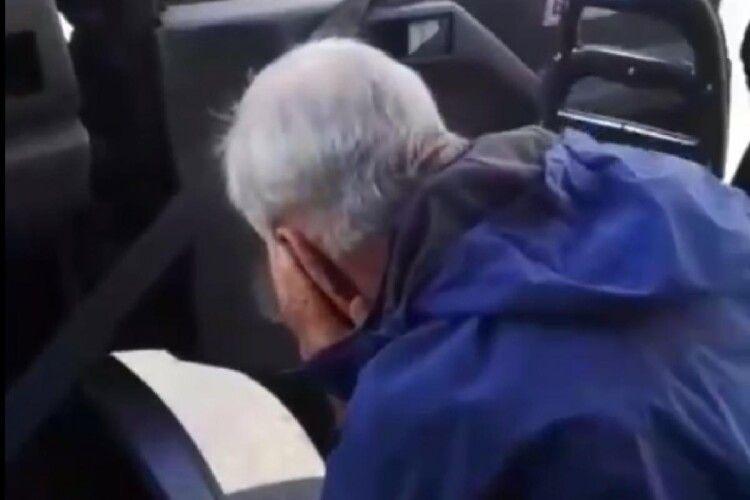 «Дістав уже!»: маршрутник вдарив пенсіонера дверима по голові, бо той намагався зайти в салон з тачкою (Відео моменту)
