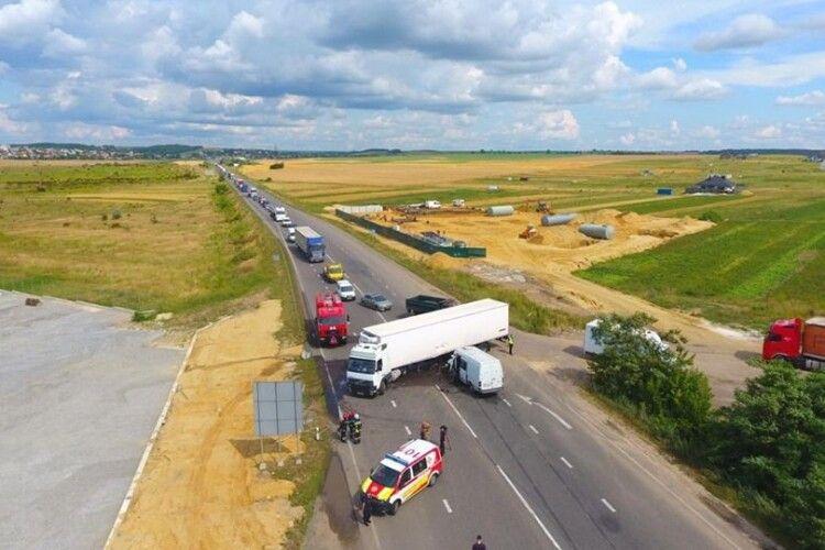 На трасі Київ–Чоп у селі Корнин трапилася ДТП за участю вантажівки та вантажного буса (фото)