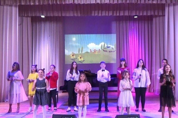 Юні луцькі артисти чудовою музикою і власним талантом привітали мам із їхнім святом (Фото)