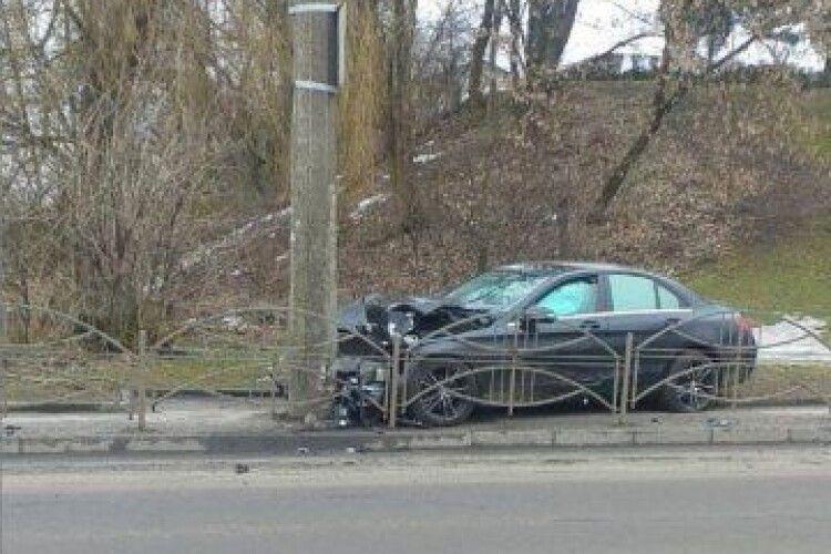 Вночі у Луцьку п'яний водій на «Мерседесі» врізався у стовп