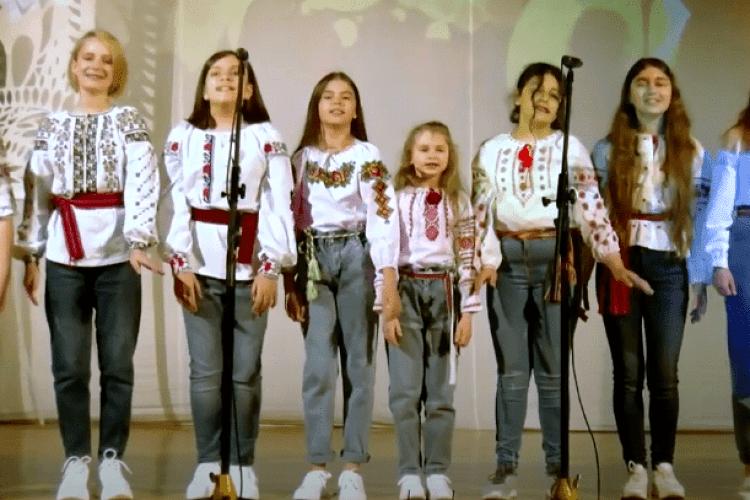 Леся Українка би раділа: юні волинянки у вишиванках і джинсах заспівали «Вишеньки-черешеньки» (Відео)