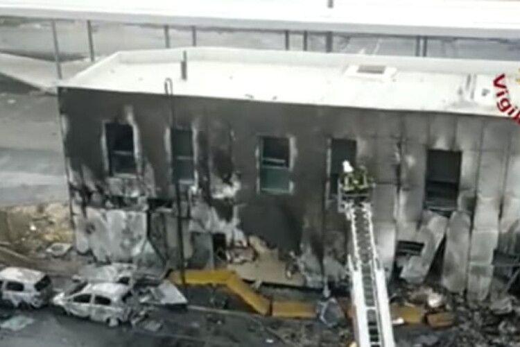 В Італії літак впав на будівлю: восьмеро загиблих, серед них дитина (Відео)