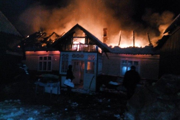 Двоє перехожих витягнули з палаючого будинку господаря