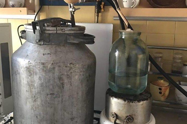 Рівнянина «застукали» за самогоноварінням, готовий продукт змусили вилити в унітаз (фото)