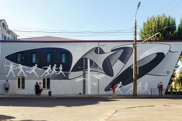 Луцький художник розповів, чому новий мурал на старому кінотеатрі у сірих кольорах (фото)