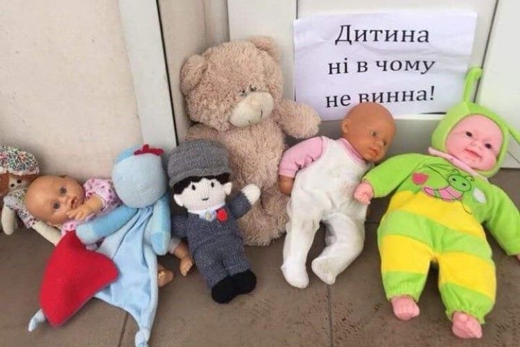 Українці несуть ляльки під церкви Московської Патріархії – протестують проти відмови відспівати дворічну дитину