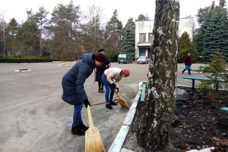 У Маневицькому ліцеї  день довкілля провели з граблями і мітлами (Фото)