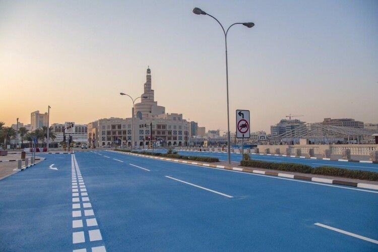Дорога синього кольору: влада Катару фарбує асфальт