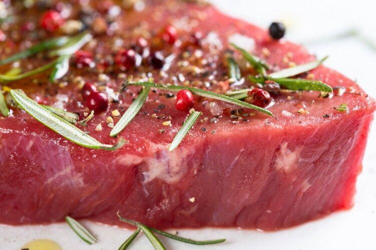 Лучанка на ринку купила гниле м'ясо, з якого витекла невідома речовина (Фото)