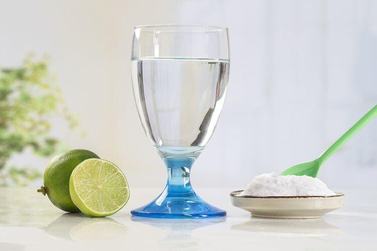 Полощете горло солоною водою при застуді? Вчені досліджують, чи ефективно це при COVID-19