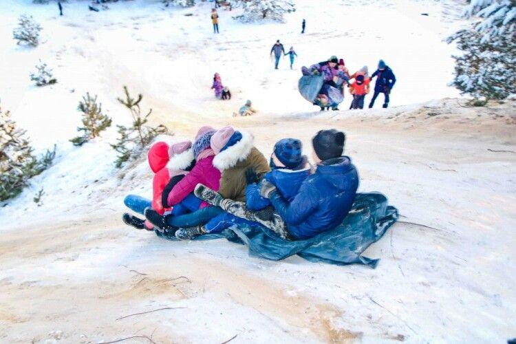 На Семеновій горі у Старій Вижівці справжні гуляння: з вершини спускаються і дорослі, і малі