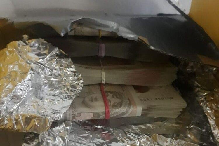 На кордоні в мікроавтобусі виявили коробки, повністю заповнені валютою (Фото)