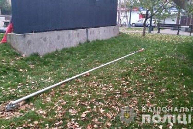 Росіянин пошкодив флагшток з червоно-чорним прапором ОУН