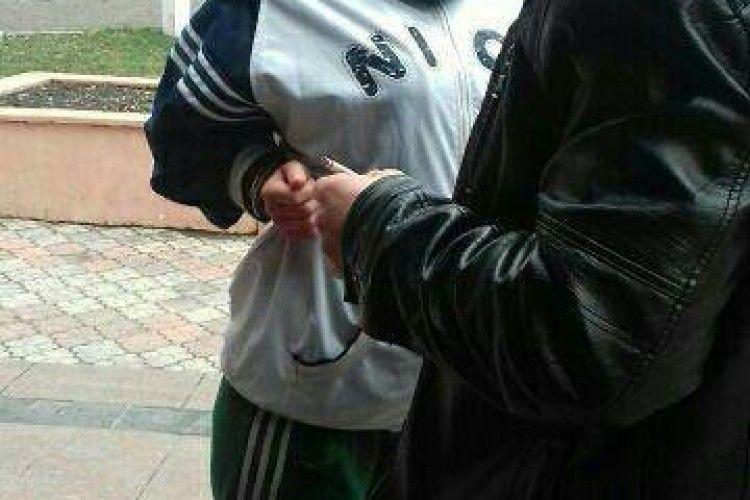 У Рівному «взяли» 20-річну дівчину з великим кримінальним минулим (фото)