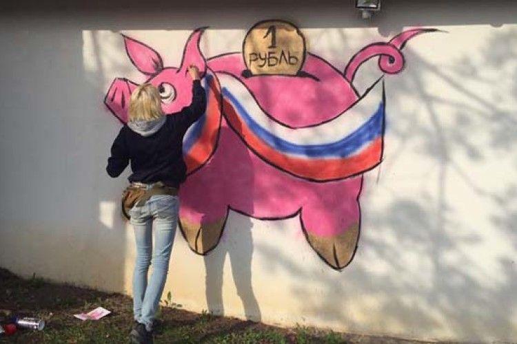 Мітингувальники намалювали свиню на маєтку Гонтаревої (ФОТО)