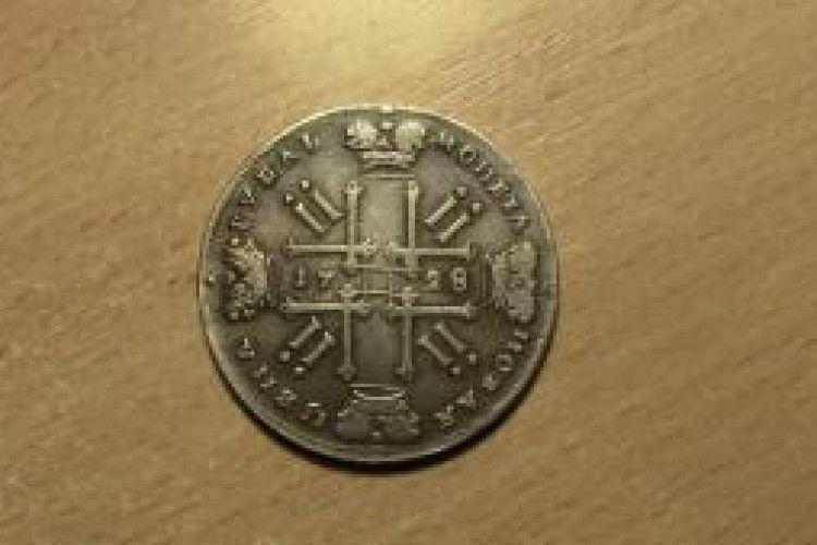 У пасажира автобуса «Київ-Москва» знайшли монету, якій маже 300 років (фото)
