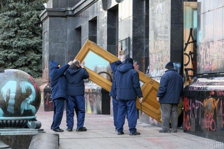 «Чи поділиться Зеленський з протестувальниками?»: художня галерея готова викупити розмальовані двері Офісу Президента за космічну суму