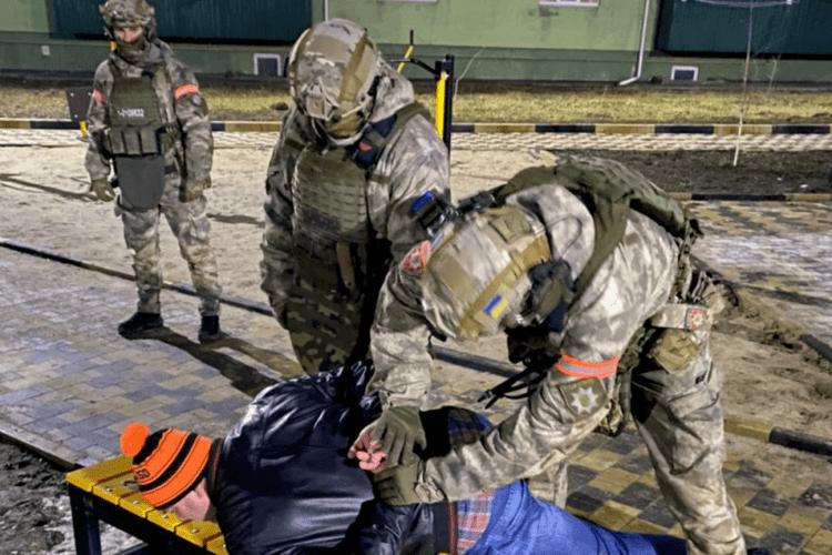 Замість феєрверків українець влаштував стрілянину з автомата й натворив шкоди