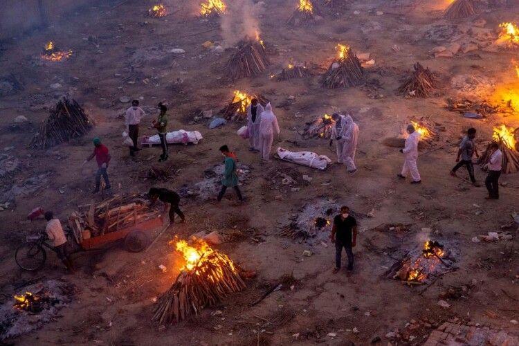 Індійська владавизнала, що тілапомерлих від COVID-19 скидали врічки