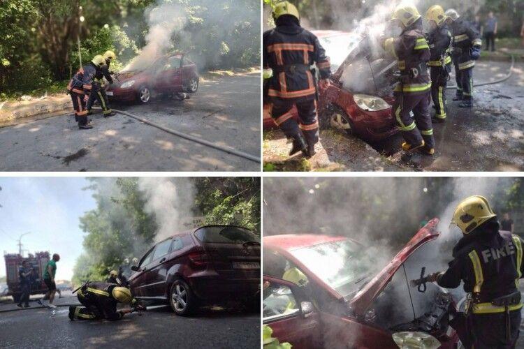 У Луцьку на ходу загорілася машина: в авто була дитина (Фото)