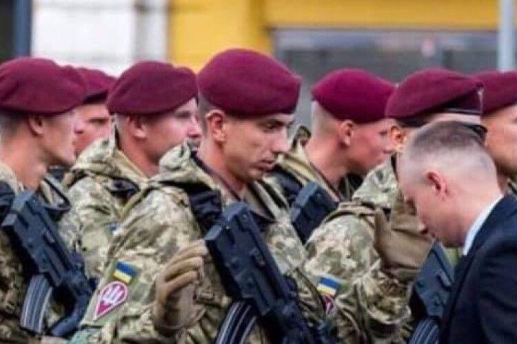 Воїнів, які крокували на параді, перевіряли на наявність заборонених предметів