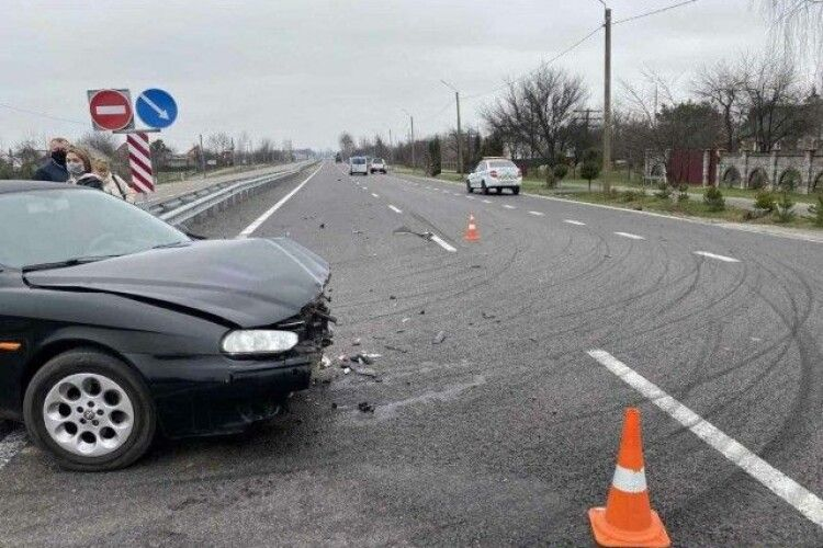 Розвернувся на 180: біля Луцька зіткнулися авто (Фото)