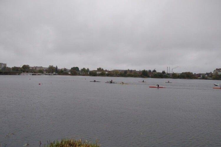 У Ковелі майже три сотні веслувальників гребли під дощем